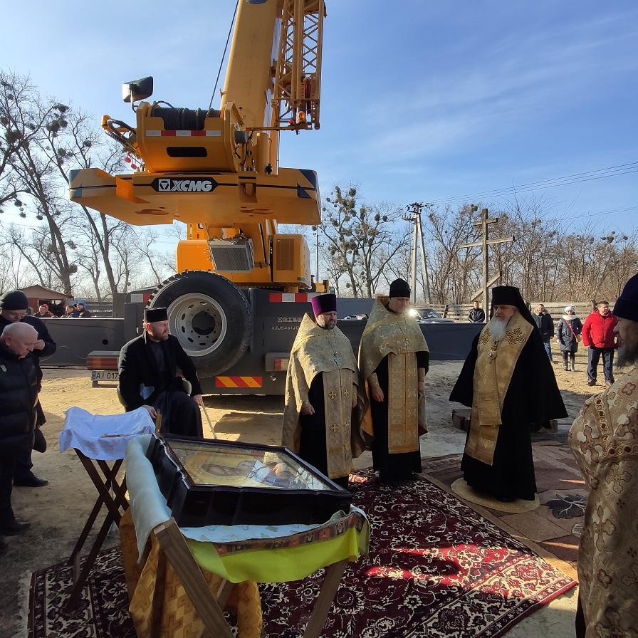 Епископ Гостомельский Тихон освятил купол и накупольный крест в городке Белогородка 10.03.2021