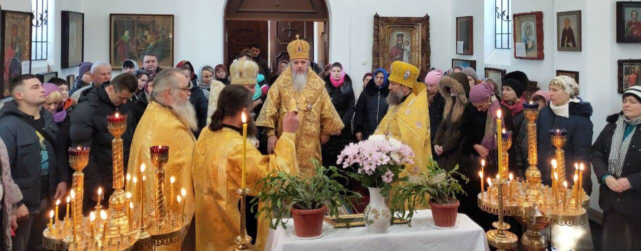 Архієрейська літургія у храмі святих першоверховних апостолів Петра і Павла м. Ворзель. 17 лютого 2019 року